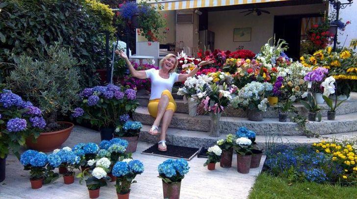 Helena v záplavě květin, kterými ji zahrnuli přátelé a fanoušci