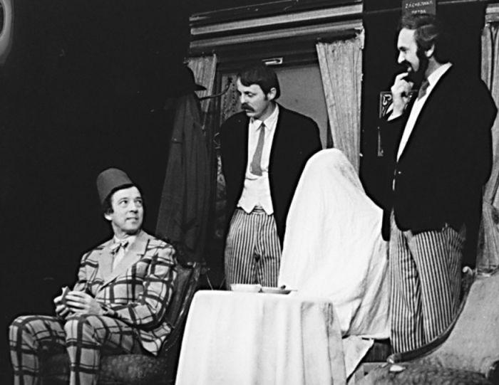 Továrník Meyer (vlevo) v představení Vražda v salonním coupé – Divadlo Járy Cimrmana 1970