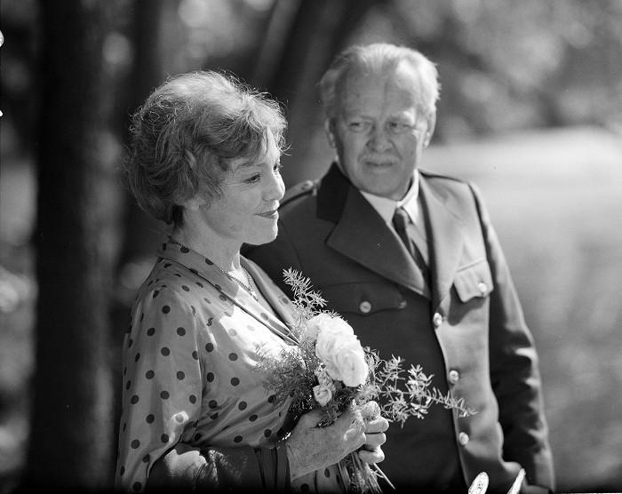 Alžběta Jarošová a Ing. František Kalina (Karel Höger) v melodramatu Lístek do památníku