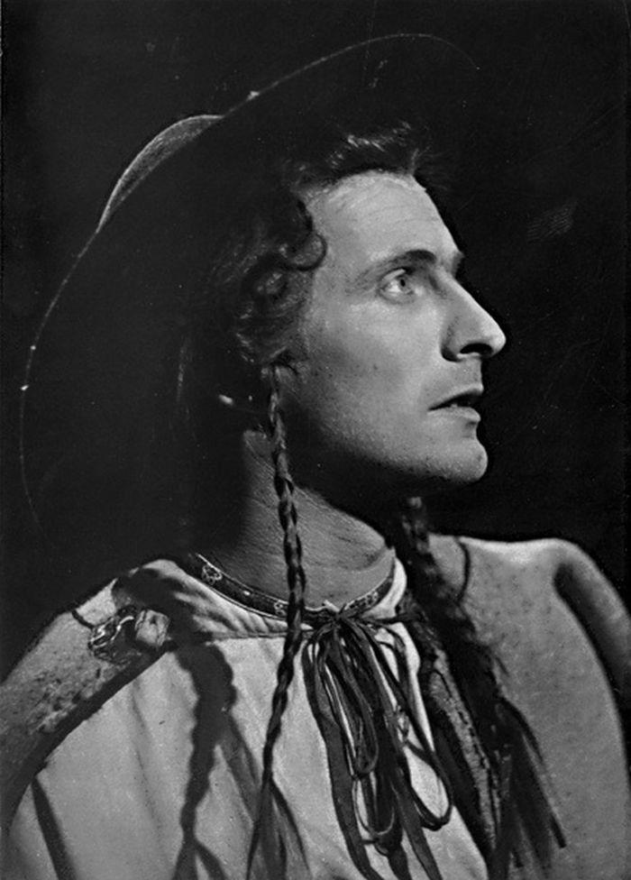 V titulní roli inscenace Jánošík, v roce 1951 v Divadle S. K. Neumanna