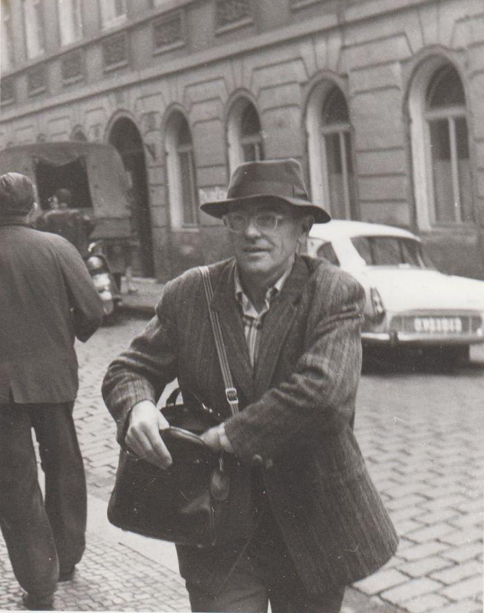 Emil Zátopek, kolportér ilegálních srpnových tiskovin před budovou nakladatelství Olympia