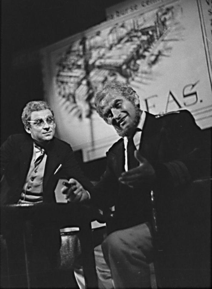 Bondy (vlevo) v Čapkově válce s mloky – divadlo v Hradci Králové v roce 1963