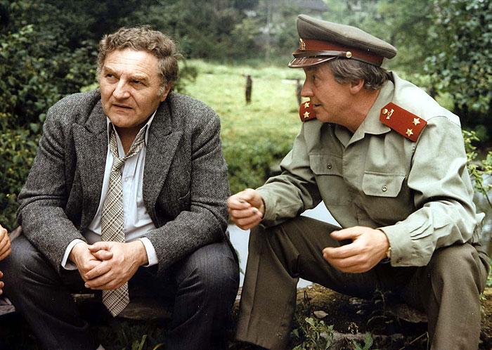 Poručíci VB Václav Šlajner a Beránek (Antonín Hardt) v nestárnoucí detektivce z roku 1982 Smrt talentovaného ševce