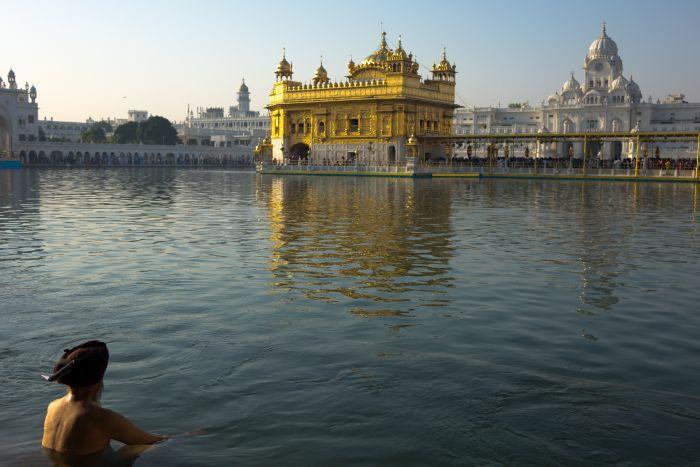 Rituální koupel u Harimandiru – Zlatého chrámu Sikhů
