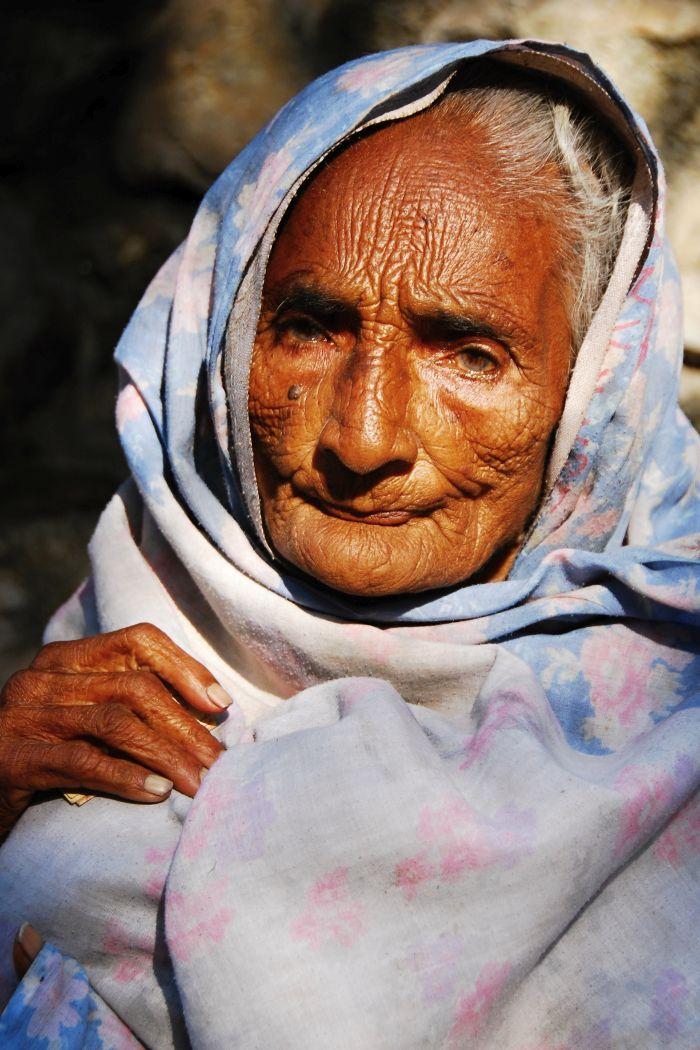 Portrét staré ženy v Rišikéši
