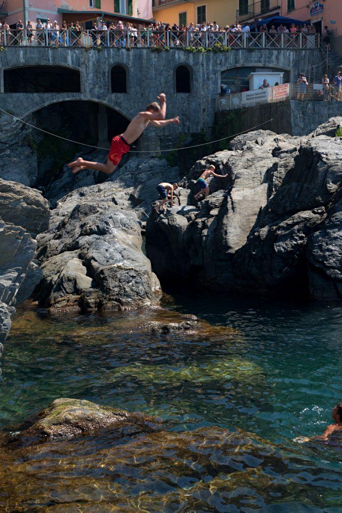 V Riomaggiore si můžete i zaskákat do vody