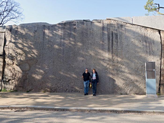 Největší z kolosálních kamenných bloků v hradbách Ósackého hradu