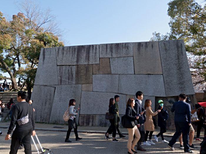 Rekonstrukce polygonální žulové zdi v areálu Ósackého hradu