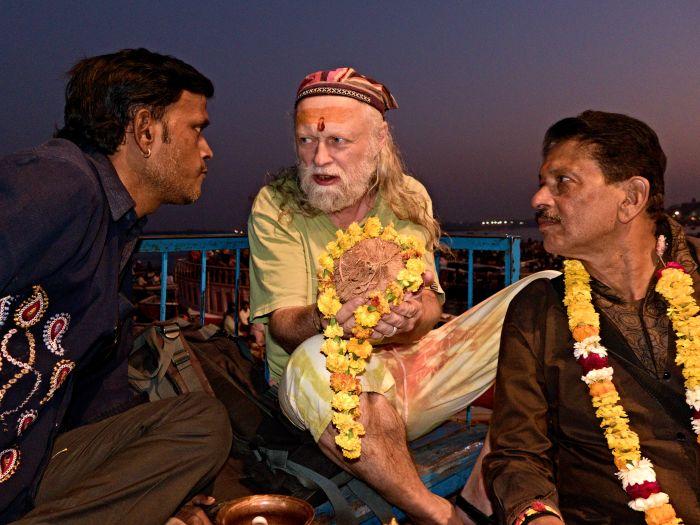 Baba Beran ze sebe smývá hříchy a očisťuje se špinavou vodou Gangy