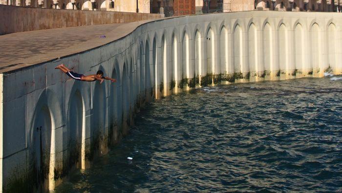 Skok z terasy mešity Hassana II (hloubka vody byla snad po pás)