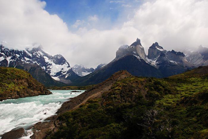 Rio Paine s Cuernos del Paine v pozadí