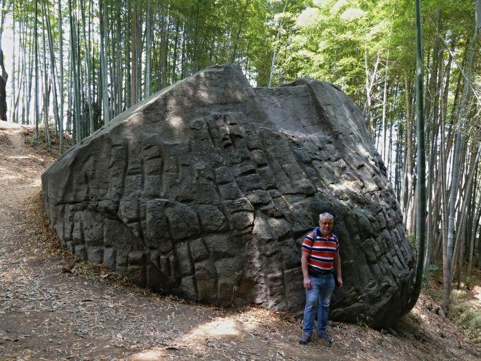 Nepravidelné mřížky na bocích kamenné struktury