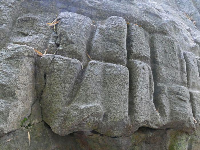 Detail nepravidelné mřížky na bocích kamenné struktury