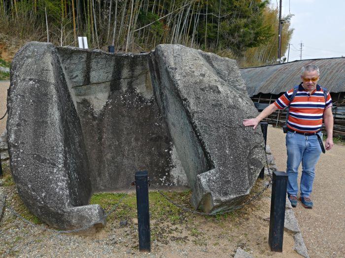 Jeden z dalších žulových monolitů v Asuce