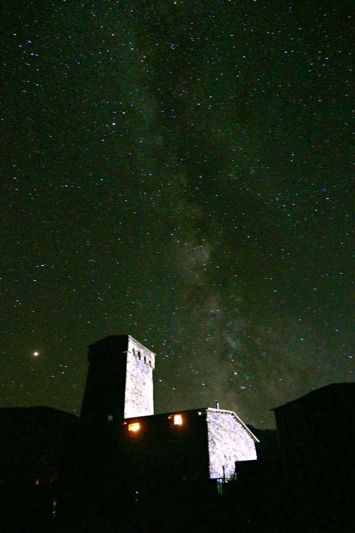 Noční fotografie kostelíku sv. Jiří nad Ušguli