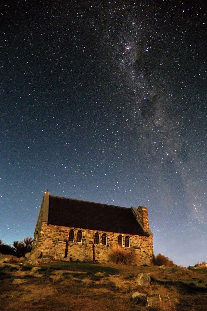 Noční fotografie kostela Dobrého pastýře
