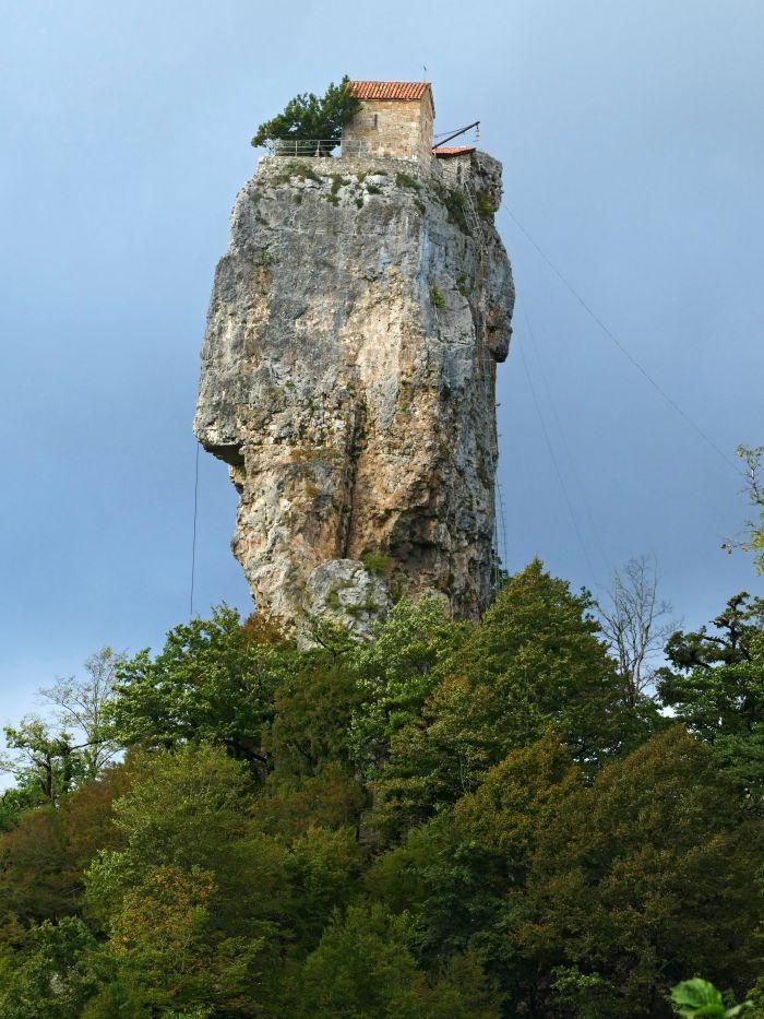 Skalní pilíř Katskhi Pillar s klášterem