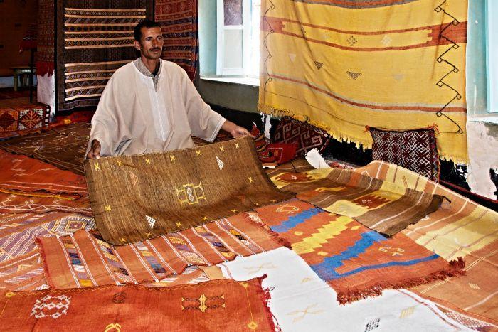 Výrobce a prodavač koberců v Tinerhiru