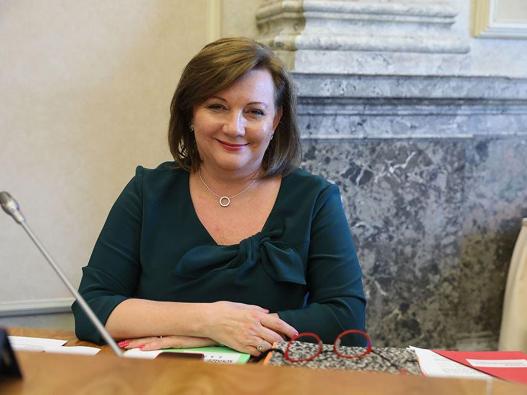 Přímmo rekordmankou v blahosklonném shlížení na slaboduché poddané je ministryně financí Alena Schillerová