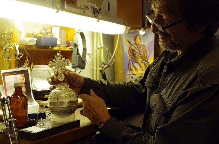 Zlatník při výrobě repliky korunovačních klenotů