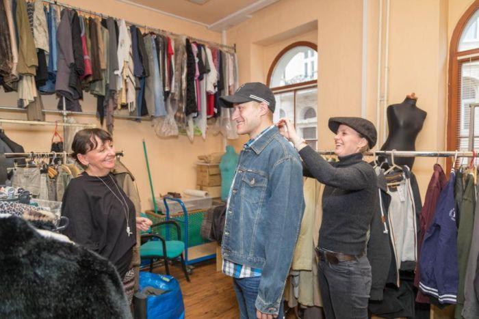 Kostymérna musela obléknout herce do rolí z nejrůznějších prostředí. Herec Petr Panzenberger, kostýmní výtvarnice Eva Kotková a kostymérka Hana Prokopová v ostravském studiu ČT.