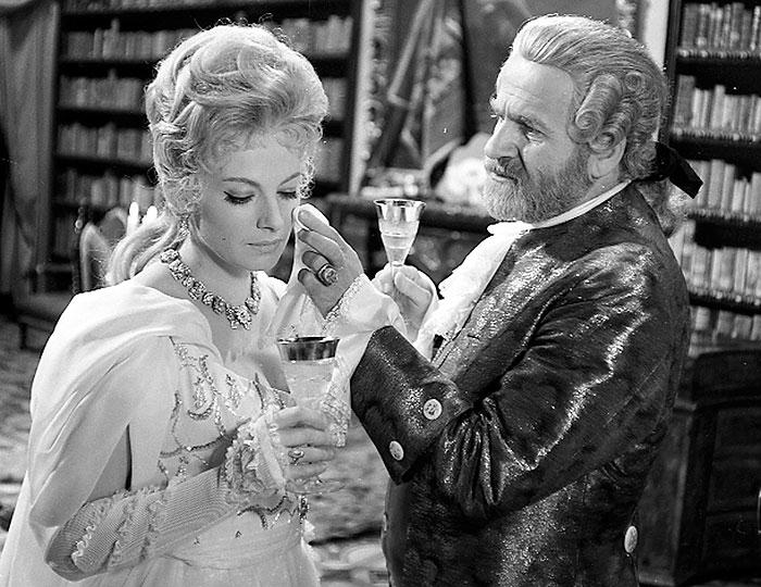 Giacomo Casanova a hraběnka Valerie (Milena Dvorská) ve filmu Poslední růže od Casanovy
