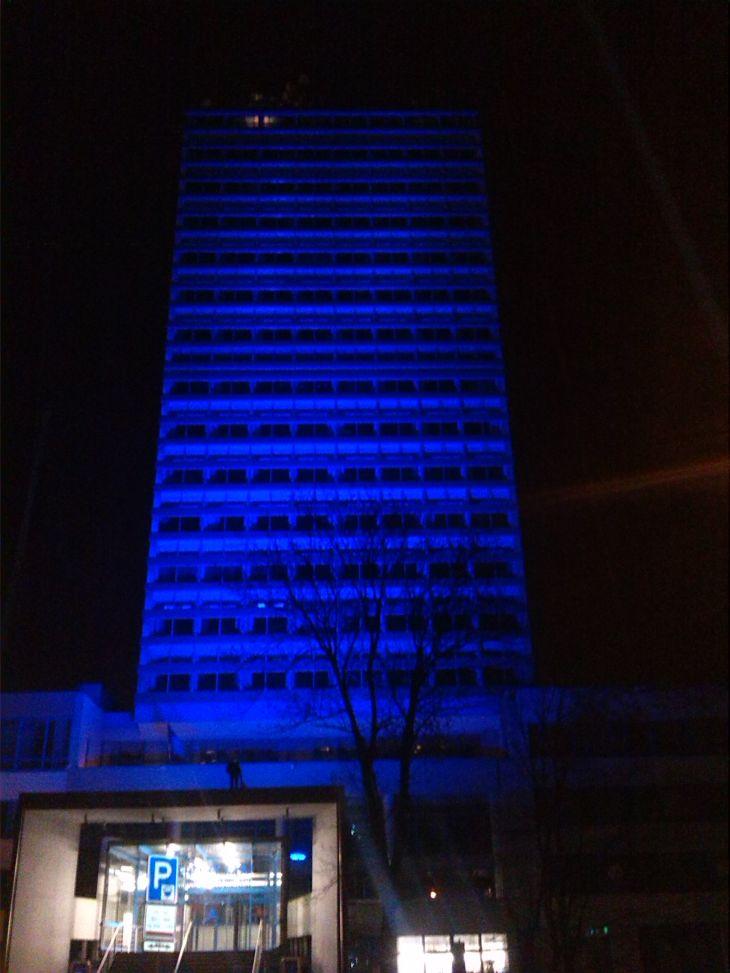 Česko svítí modře