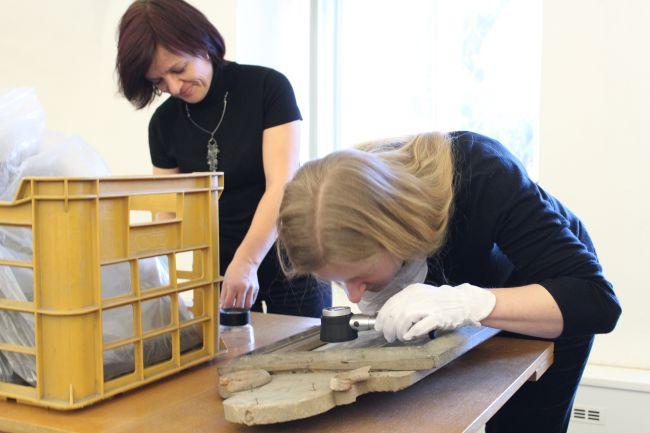 Památkářky Pavlína Ryšková (světlovlasá) a Marcela Gavendová podrobně studují jeden z obrazů