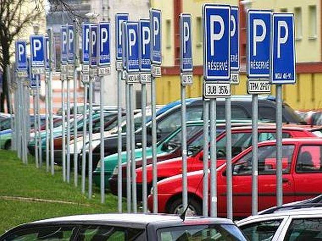 Není divu, že se obyvatelé parkovacím zónám brání. Někde totiž nakonec vypadají i takhle.