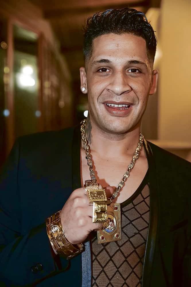 Zlato je pro Romy symbolem bohatství a při významných příležitostech se jím rádi chlubí. Čím více, tím lépe.