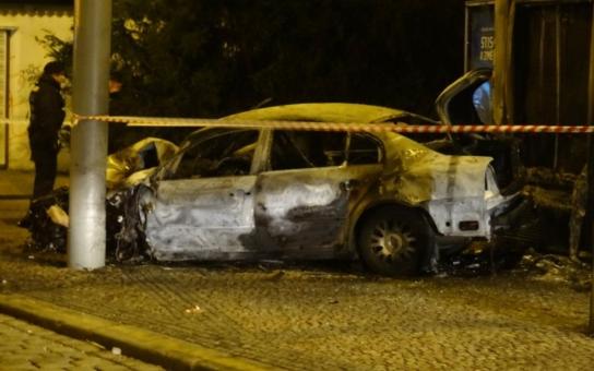 Taxikář narazil do sloupu a uhořel v autě. Máme foto
