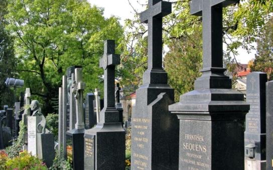 Zemřeli mu oba synové a ještě přišel o hrobku. Ukradli mu ji - legálně