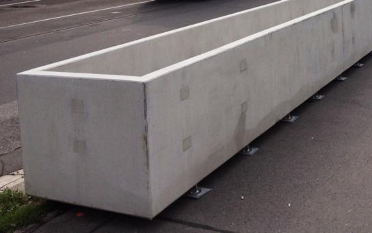 Za obludné betonové květináče zaplatí občané Prahy 5 dalších 147 tisíc