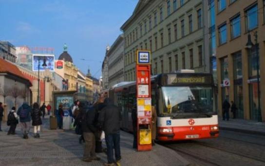 V pražských autobusech budou na zkoušku dřevěné sedačky
