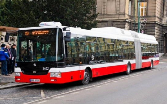 Řidiči autobusů chtěli zablokovat veřejnou zakázku v Královéhradeckém kraji a šli až za premiérem. Hrozili stávkou. Soud jim do toho ´hodil vidle´