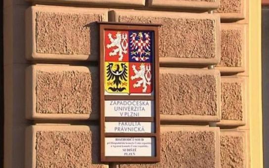 Plzeňská práva stále bez akreditace. Fakulta má potíže s pedagogy