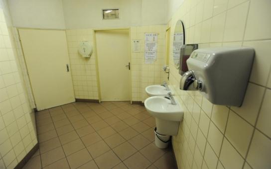 Žena, která porodila dítě do záchodu, je obviněná z vraždy