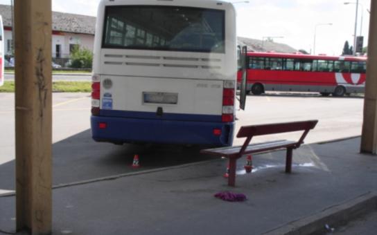 Autobus lámal kosti. Narazil do obsazené lavičky