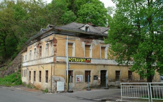 Lázně Kyselka pořád chátrají. Hotelu Praha se propadla střecha