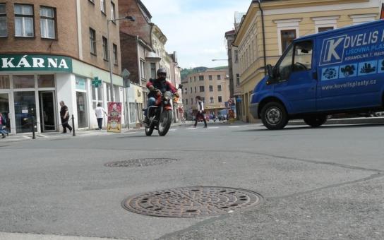 Z teplických ulic zmizely desítky poklopů na kanály