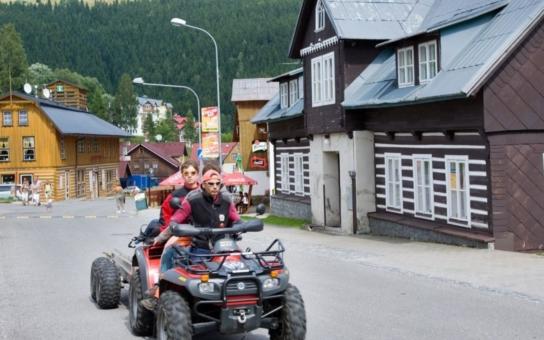 Z lázeňského města si arogantní čtyřkolkáři udělali závodní dráhu