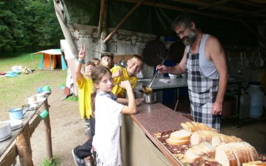 Vlčnovský starosta se o prázdninách mění v kuchaře. Dětem vaří polívky