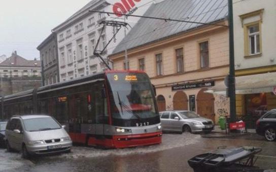 Voda v Praze stále řádí! Florenc pod vodou, rozervaný Císařský ostrov