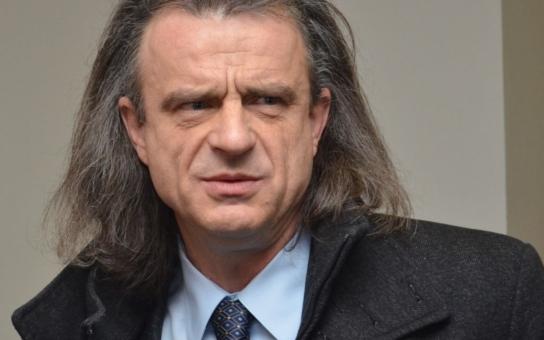 Proromští aktivisté vyhnali poslance Chaloupku od kulatého stolu. Antiromský populisto, křičeli