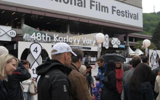 Kmotři ani politici letos do Varů na festival nepřijeli. Mají strach
