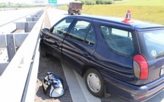 Kamion vytlačil osobní vůz a ujel! Policie hledá svědky
