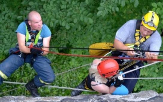 Dívka zůstala viset na laně z mostu, pomoci jí museli hasiči