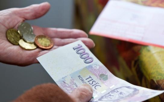 Dluhů přibývá. I u starých lidí. Průměrně dluží každý senior šokujících 47 200