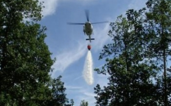 Požár lesa u Koněšína likvidovali hasiči i vodou z vrtulníku