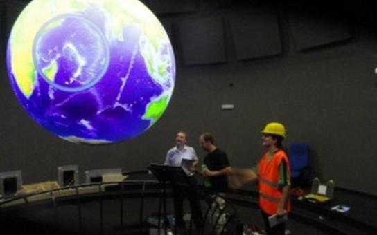 V Techmanii, prvním 3D planetáriu, instalují speciální projekční globus